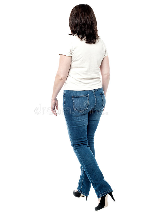 Opinión trasera la mujer que camina foto de archivo libre de regalías