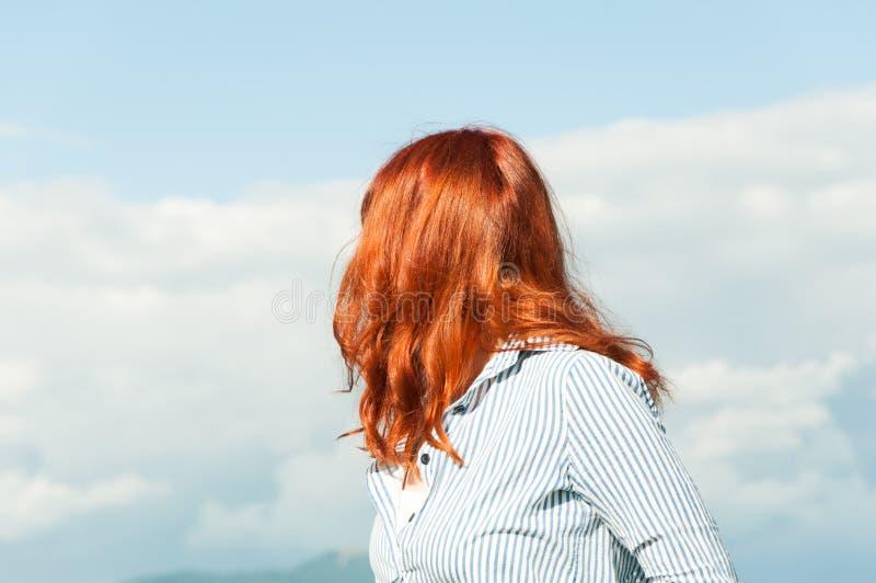 Opinión trasera la mujer que se coloca al aire libre fotografía de archivo