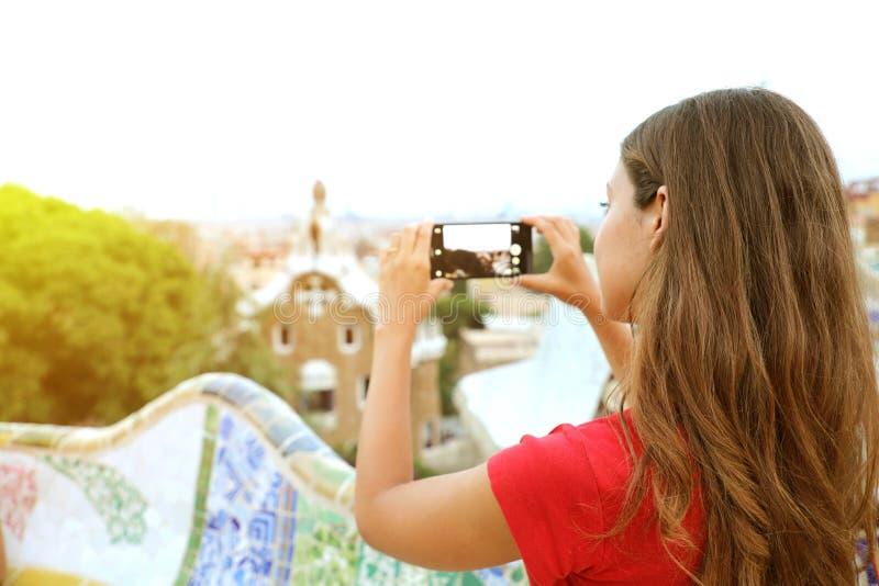 Opinión trasera la mujer que toma la imagen del parque Guell y del paisaje franco imagen de archivo libre de regalías