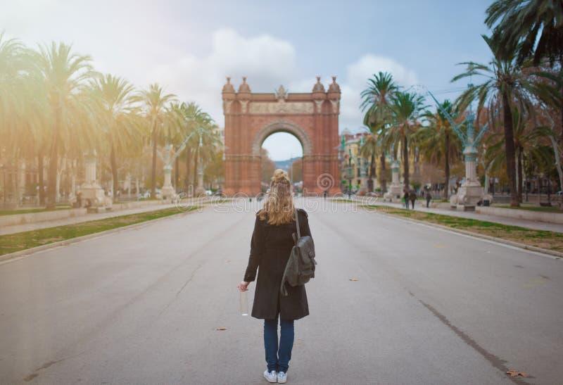Opinión trasera la mujer rubia con Arc de Triomf en Barcelona en fondo fotos de archivo