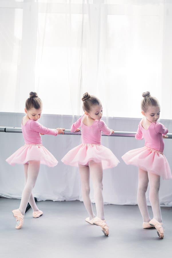 opinión trasera las pequeñas bailarinas agraciadas que practican ballet fotografía de archivo