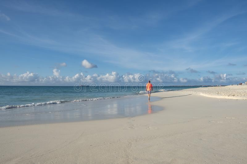 Opinión trasera un hombre que camina en una playa del Caribe #1 foto de archivo libre de regalías