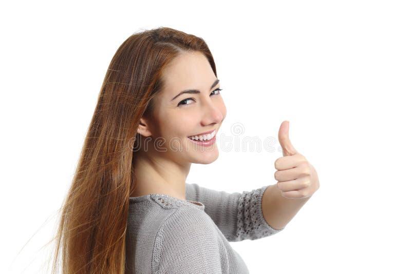 Opinión trasera una mujer feliz que hace el pulgar encima del gesto fotografía de archivo