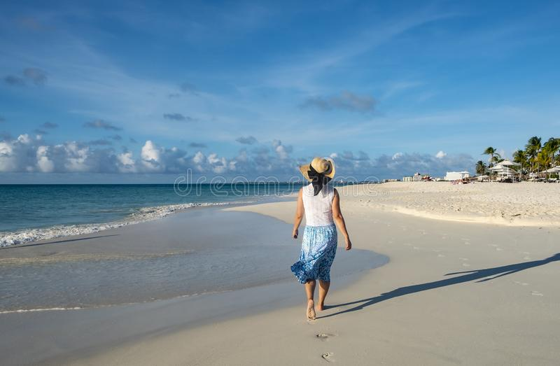 Opinión trasera una mujer que camina descalzo en una playa del Caribe 5 fotos de archivo