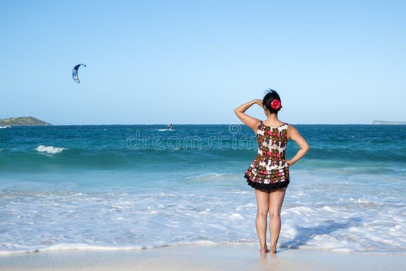 Opinión trasera una mujer que se coloca en el océano 2 fotografía de archivo