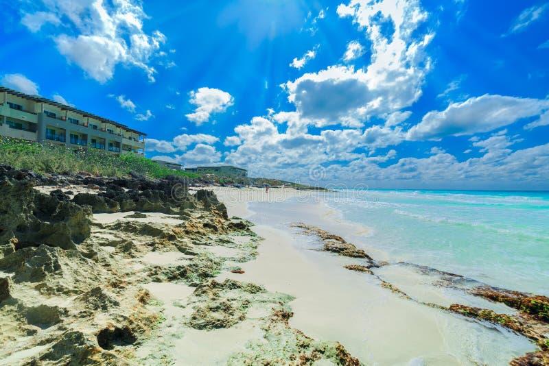 Opinión tropical hermosa asombrosa de la playa en la isla de Santa Maria con la gente que se relaja en fondo en día de verano sol imagenes de archivo