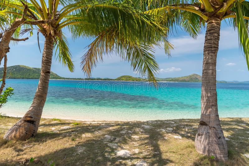Opinión tropical sobre la isla del DOS de Bulog, Palawan del paisaje marino de la playa fotos de archivo