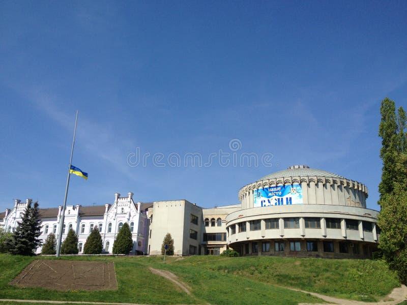 Opinión ucraniana de la ciudad del símbolo y de la bandera la academia de las actividades bancarias de Sumy, Ucrania foto de archivo libre de regalías