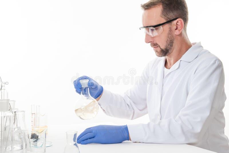 Opinión un hombre en el laboratorio mientras que experimenta la ejecución imágenes de archivo libres de regalías