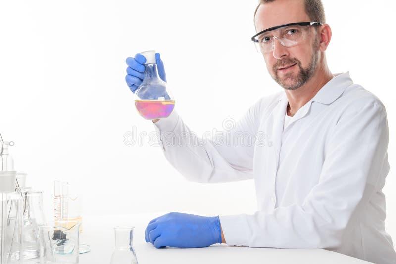 Opinión un hombre en el laboratorio mientras que experimenta la ejecución imagen de archivo