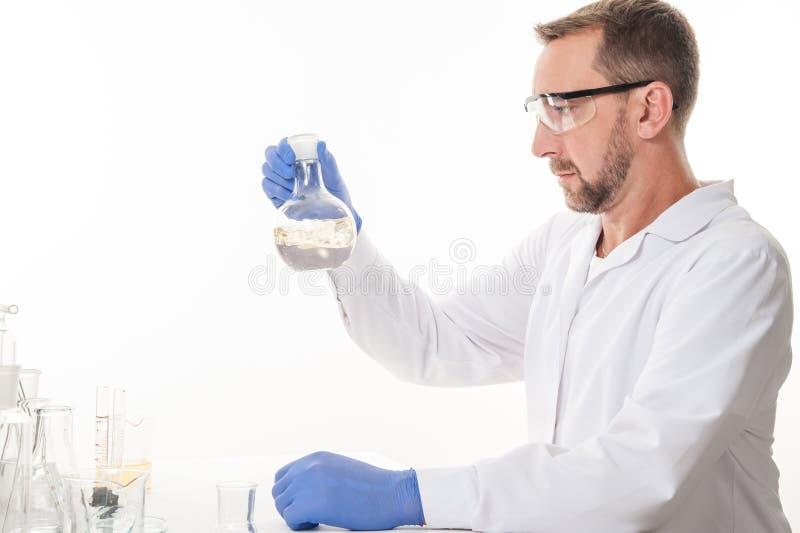 Opinión un hombre en el laboratorio mientras que experimenta la ejecución fotos de archivo
