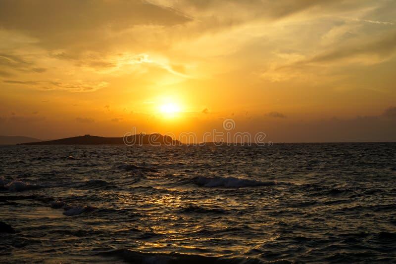 Opinión ventosa de la onda de la puesta del sol del mar hermoso del copyspace con el reflejo de luz, tonos hermosos del cielo ana imagenes de archivo