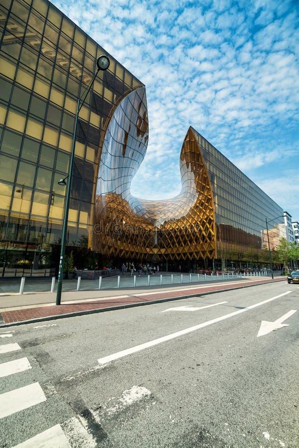 Opinión vertical de la calle para el centro comercial grande en Malmö fotos de archivo libres de regalías