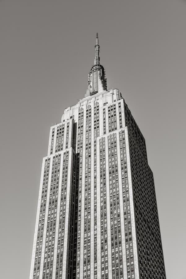 Opinión vertical negra y blanca del ángulo bajo del rascacielos de Art Deco Empire State Building situado en Midtown Manhattan, N imagenes de archivo