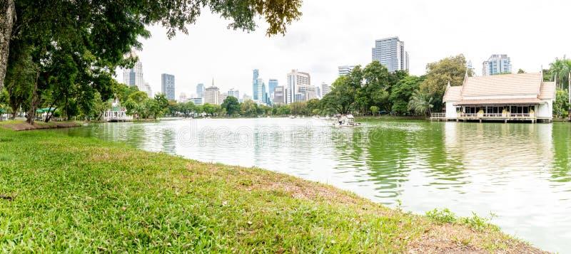 Opinión y paisaje urbano del lago en el parque de Lumpini, Bangkok, Tailandia fotos de archivo