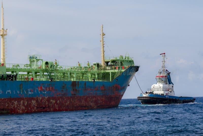 Opiniónes alrededor de Punda - barco del petrolero y del pilor imagenes de archivo