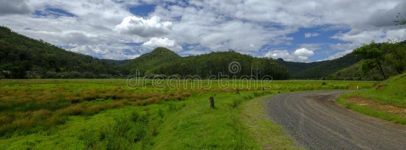 Opiniónes cerca de la cala de Mogo en el rastro o el gran camino septentrional en el parque nacional de Yengo, NSW, Australia del fotografía de archivo