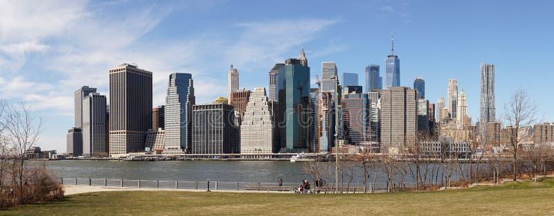Opiniónes en el horizonte de Manhattan del parque del puente de Brooklyn en New York City imágenes de archivo libres de regalías