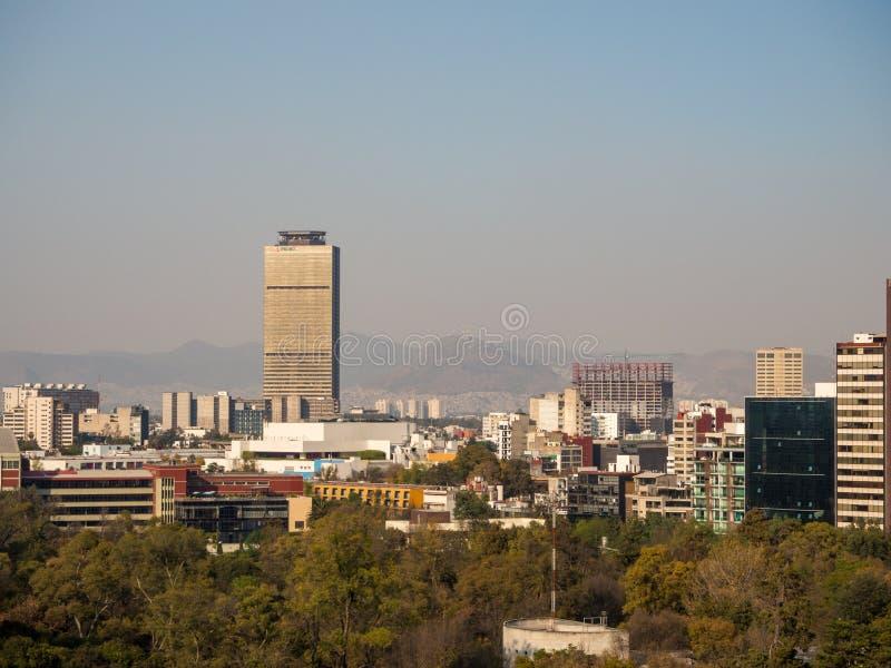 Opiniões coloniais do castelo de Chapultepec de Cidade do México, monte, parque, construções imagem de stock