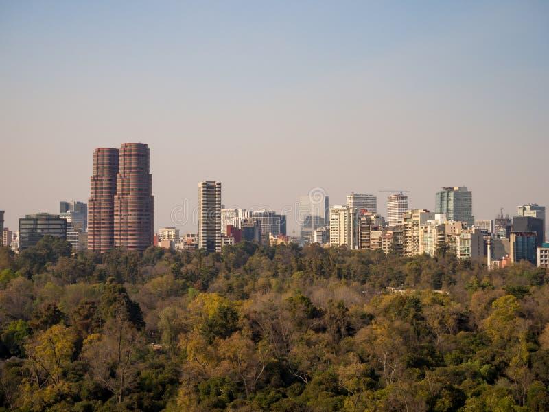 Opiniões coloniais do castelo de Chapultepec de Cidade do México, monte, parque, construções foto de stock royalty free