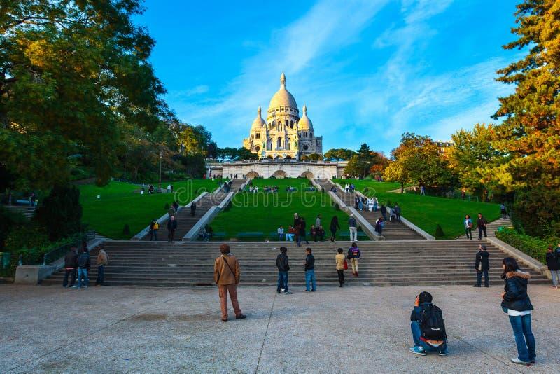 Opiniões da noite de Montmartre e a basílica de Sacre-Coeur na paridade imagem de stock