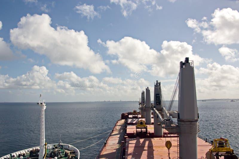 Opiniões da paisagem do litoral e da estrada de embarcações bunkering Ilhas de Trindade e Tobago fotografia de stock