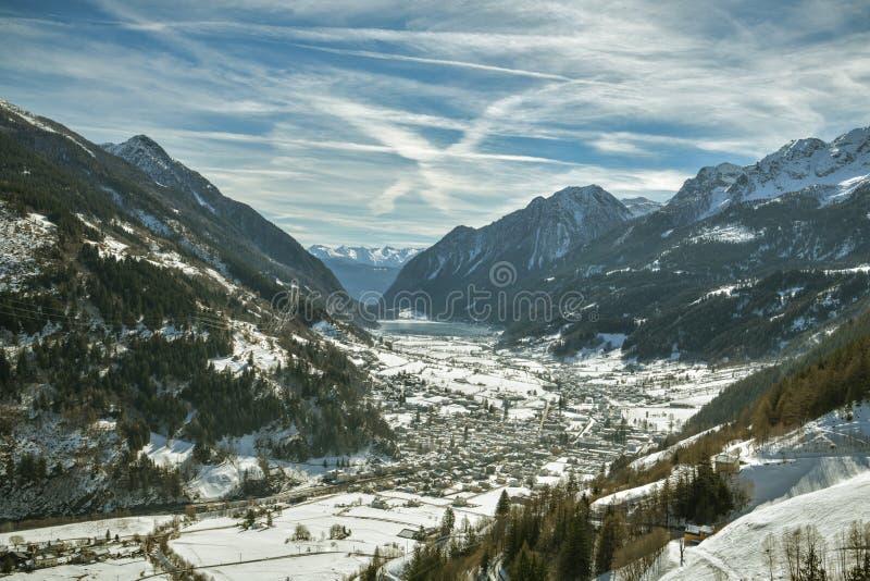 Opiniões de Beuatiful para Val Poschiavo em Suíça e na cidade e no lago com o mesmo nome fotos de stock