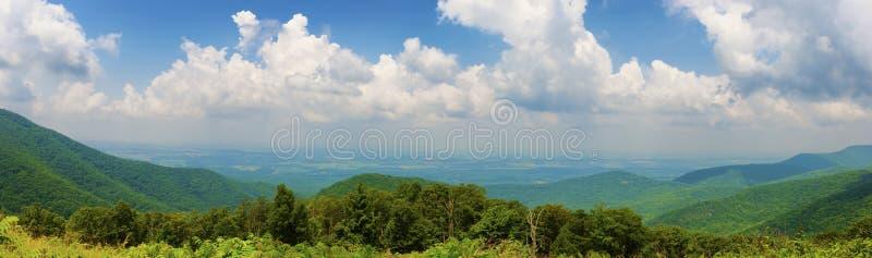 Opiniões de parque nacional de Shenandoah ao longo da movimentação da skyline foto de stock royalty free