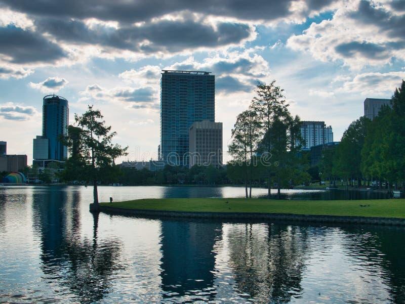 Opiniões do lago do meio do parque fotografia de stock