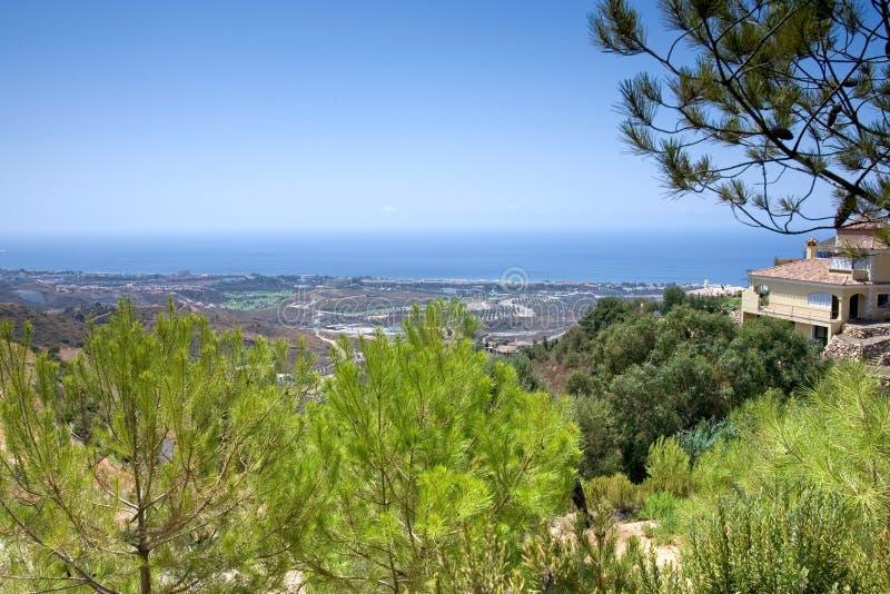 Opiniões impressionantes do mar dos montes atrás de Marbella em Spain fotos de stock royalty free