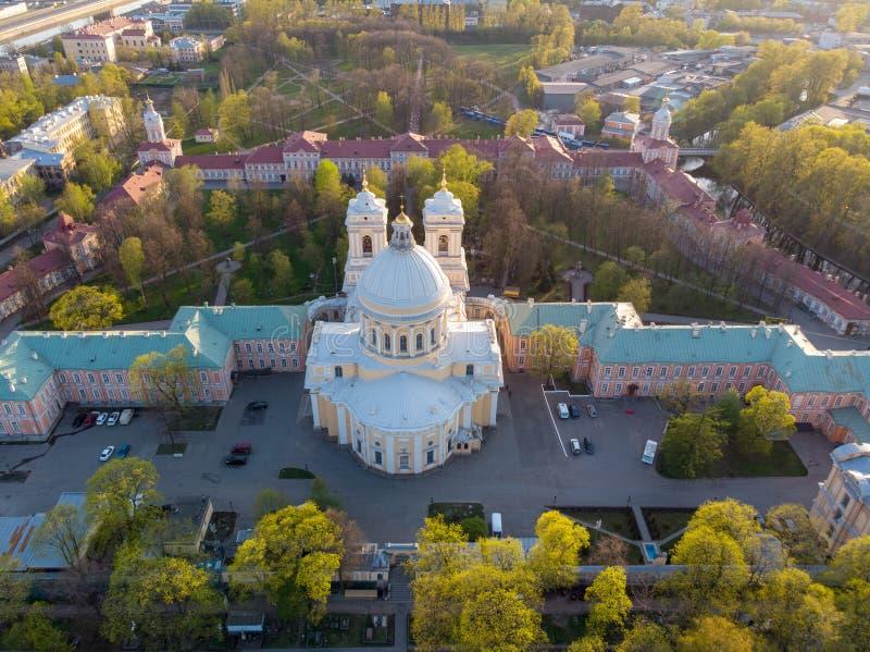 Opini?n de la aleaci?n de aluminio a la trinidad santa Alexander Nevsky Lavra Un complejo arquitect?nico con un monasterio ortodo fotos de archivo