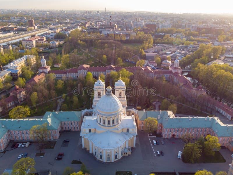 Opini?n de la aleaci?n de aluminio a la trinidad santa Alexander Nevsky Lavra Un complejo arquitect?nico con un monasterio ortodo foto de archivo libre de regalías