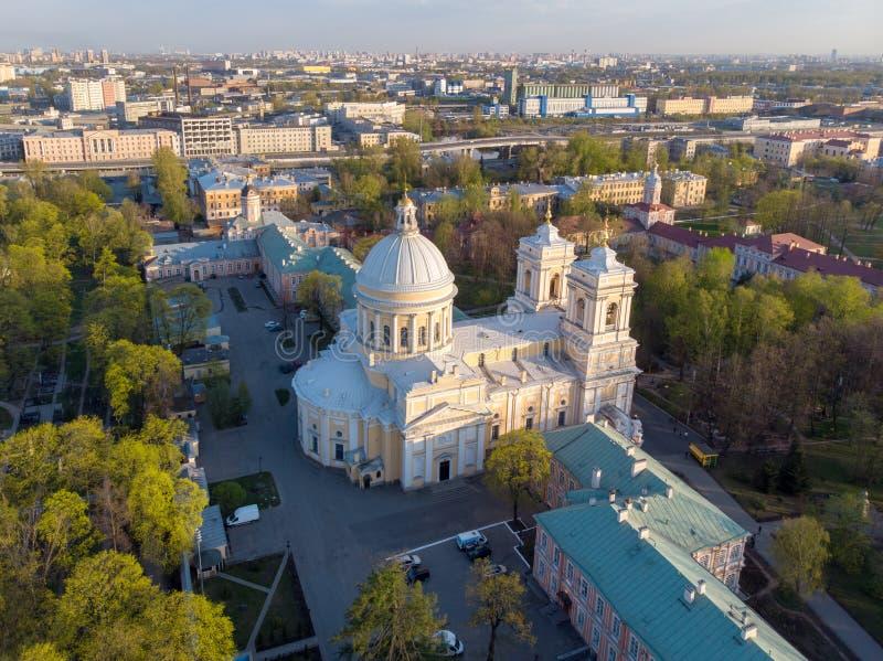 Opini?n de la aleaci?n de aluminio a la trinidad santa Alexander Nevsky Lavra Un complejo arquitect?nico con un monasterio ortodo fotografía de archivo libre de regalías