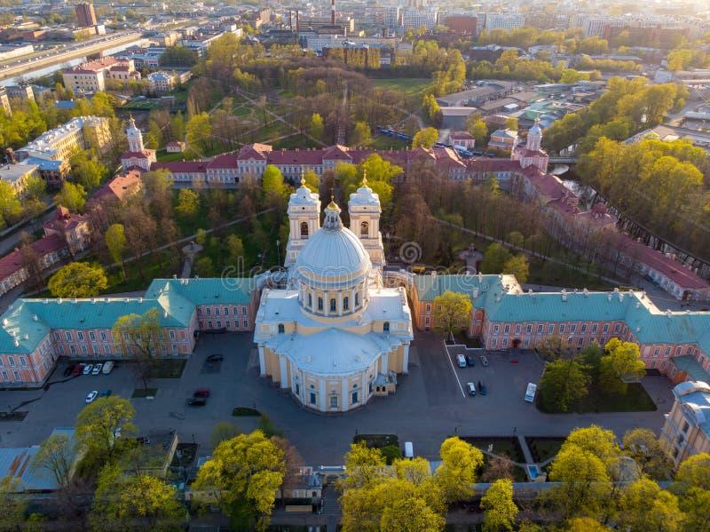 Opini?n de la aleaci?n de aluminio a la trinidad santa Alexander Nevsky Lavra Un complejo arquitect?nico con un monasterio ortodo imagen de archivo