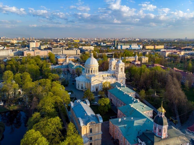Opini?n de la aleaci?n de aluminio a la trinidad santa Alexander Nevsky Lavra Un complejo arquitect?nico con un monasterio ortodo imagenes de archivo