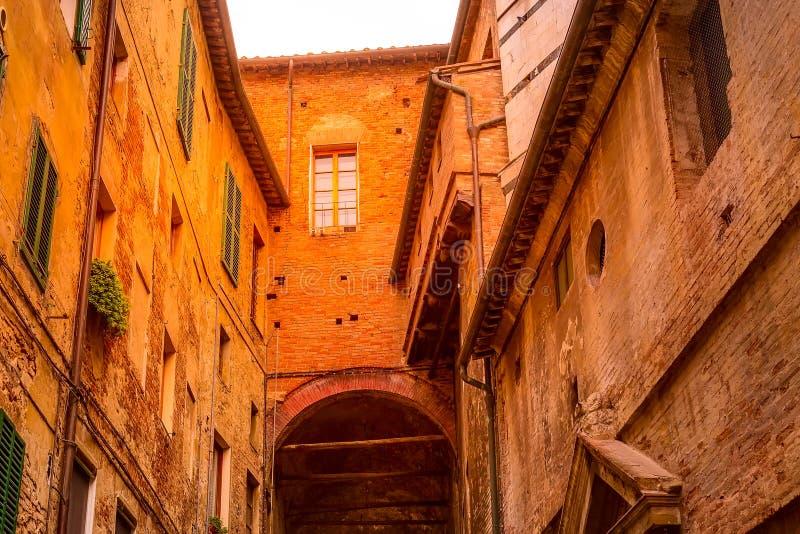 Opini?n de la calle en Siena, Italia con las casas medievales fotos de archivo libres de regalías