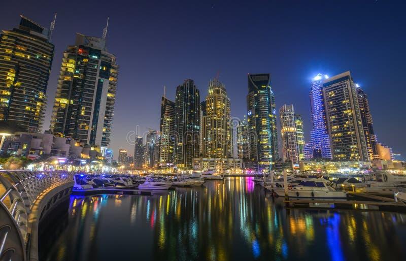 Opini?n de la noche del puerto deportivo de Dubai fotografía de archivo libre de regalías