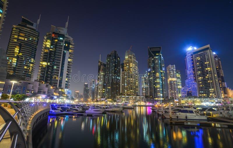 Opini?n de la noche del puerto deportivo de Dubai imagen de archivo libre de regalías