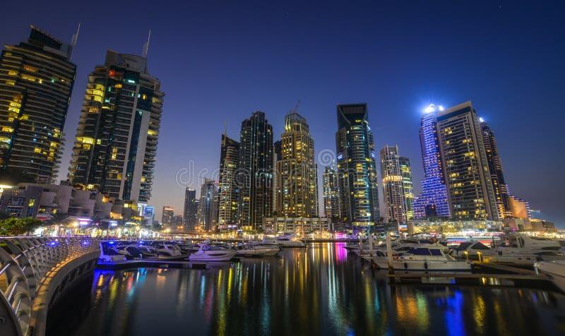 Opini?n de la noche del puerto deportivo de Dubai imagen de archivo