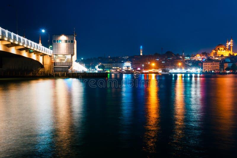 Opini?n de la noche de Estambul Paisaje urbano del panorama de la pieza de oro de la bahía del cuerno del destino turístico famos fotografía de archivo