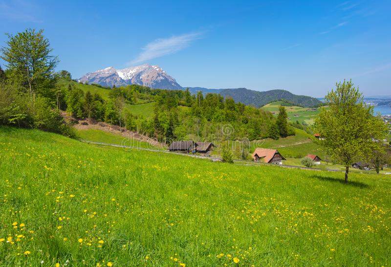Opini?n de la primavera del pie de Mt Stanserhorn en el cant?n suizo de Nidwalden fotografía de archivo libre de regalías