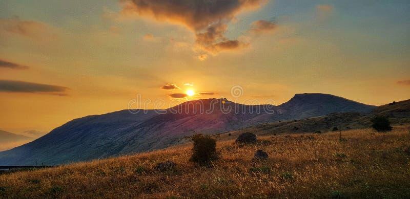 Opini?n de la puesta del sol de la monta?a foto de archivo