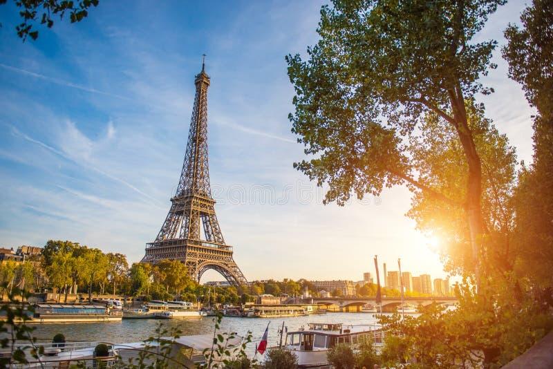Opini?n de la puesta del sol de la torre Eiffel y de r?o Sena en Par?s, Francia Arquitectura y se?ales de Par?s Postal de Par?s fotos de archivo libres de regalías