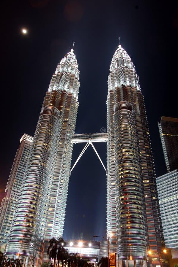 Opini?n de las torres gemelas de Petronas, Kuala Lumpur de la noche fotos de archivo libres de regalías