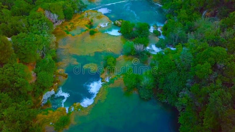 Opini?n del ojo de p?jaro de Croacia, Europa; La luz del sol pasada enciende para arriba la cascada pura del agua en el parque na fotos de archivo