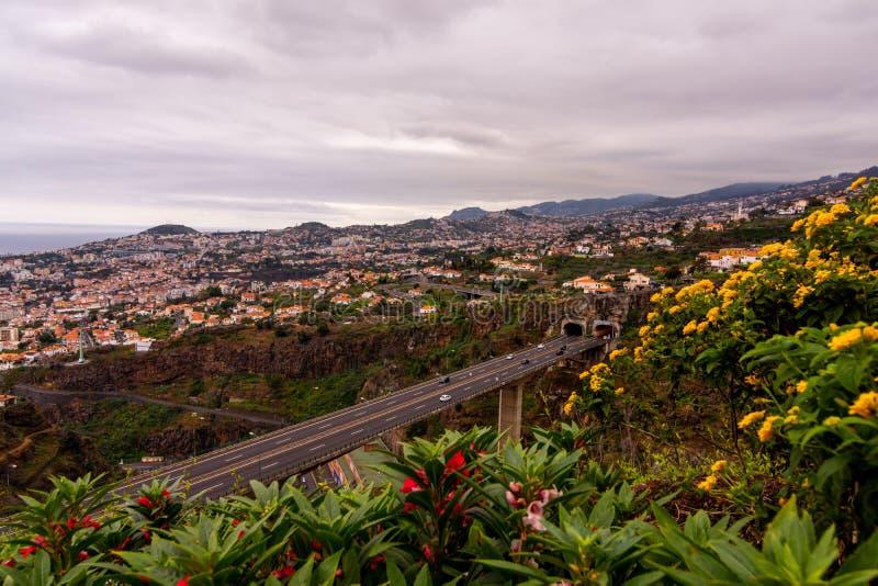 Opini?n del paisaje sobre la costa de Madeira, tiro del jard?n bot?nico, Funchal, Portugal imagen de archivo