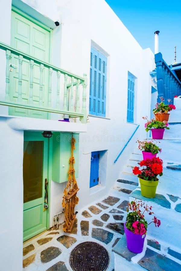 Opini?n del patio del edificio blanco hermoso sobre la calle griega foto de archivo libre de regalías