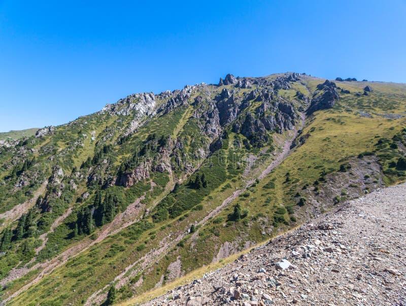 Opini?n del verano de los picos de monta?a del Alatau Medeo en Alma-ATA en Kazajist?n fotos de archivo libres de regalías