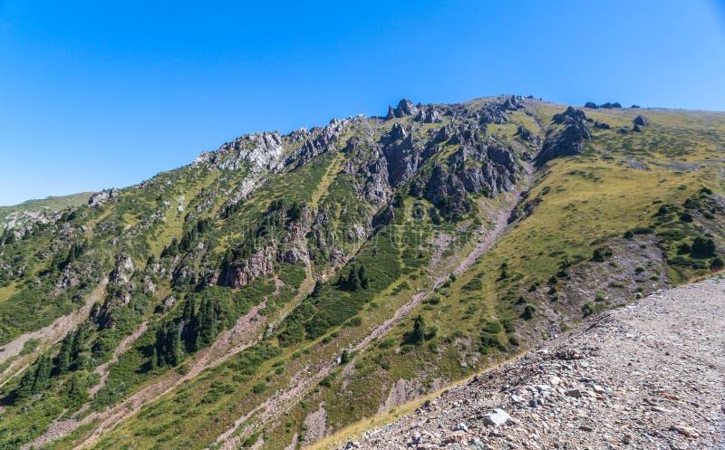 Opini?n del verano de los picos de monta?a del Alatau Medeo en Alma-ATA en Kazajist?n imágenes de archivo libres de regalías