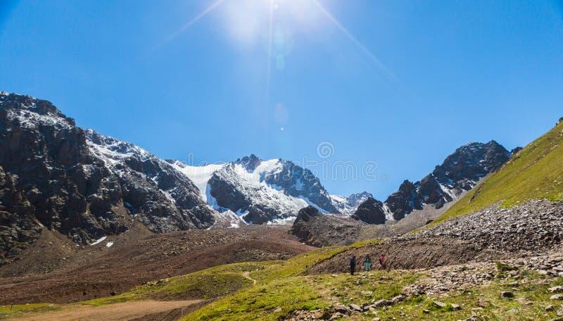 Opini?n del verano de los picos de monta?a del Alatau Medeo en Alma-ATA en Kazajist?n foto de archivo libre de regalías